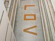 Fotografie z výstavy<br />Pohled z ochozu na nápis na podlaze