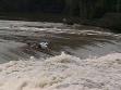 Roman Týc sjíždí rozvodněnou Vltavu, 2002, videozáznam: Jakub Nepraš