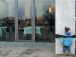 na následující straně: Matky a Otcové, Franta, 2004, snímek z videa, 3 min
