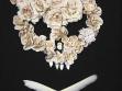 Kočička, 2003, perleť, labutí peří, umělé růže ze hřbitovního smetiště