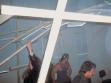 Skupina násilnických rockerů ukončuje vernisáž instalaci v Kunsthalle Faust v Hannoveru rozbíjením instalace
