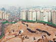 flyingCity, Looking Down #6, Hawangshimli Contruction Site, 2003, digitální tisk. Panoramatické snímky Soulu v oblastech, kde se staré čtvrtě setkávají s novou zástavbou vznikající v rámci programové přestavb