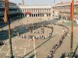 Franz Höfner - Harry Sachs, Turistická spirála San Marco (Turist Spiral San Marco), 1. 6. 2003, kolektivní akce před vstupem do chrámu sv. Marka v Benátkách.