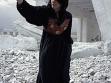 Lida Abdul. Klappern mit Steinen, 2005. Stilles Video. Freundlicherweise von Lida Abdul und der Galerie Giorgio Persano, Turin, zur Verfügung gestellt.