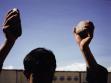 Lida Abdul. Klappern mit Steinen, 2005. Stilles Video. Von Lida Abdul und der Galerie Giorgio Persano, Turin, zur Verfügung gestellt.