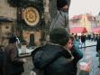 """V Praze na Staroměstskom náměstí během performance Wien, Raab, Pressburg — hledání turistů. Foto: God""""s Entertainement"""