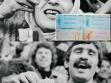 Šáhův přívrženec (nahoře), Chomejního přívrženec (dole) a slogany zeleného hnutí na současných bankovkách – Kam se poděl můj hlas? Ať žije Músáví! a Smrt režimu, který p