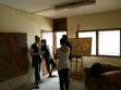 Návštěva ateliéru vmalířském studiu, Lagos. Vlevo: Inke Arns; vpravo: Loren Hansi Momodu, Miran Mohar. Foto: Borut Vogelnik.